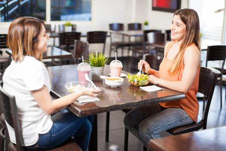 Paar van vrouwelijke vrienden lunchen samen in een restaurant