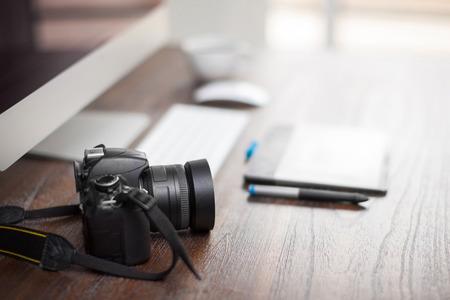 デジタル カメラと写真家のワークスペースでペンタブレットのフィールドのクローズ アップの浅い深さ