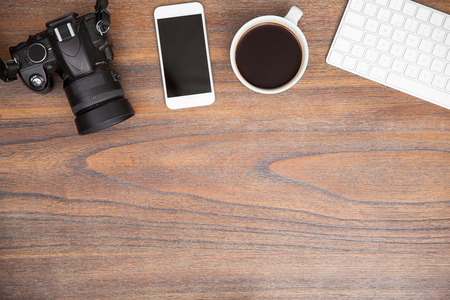 フラットは、デジタル カメラ、スマート フォンをコピー スペースたっぷりのいくつかのコーヒーと写真家の机のレイアウト