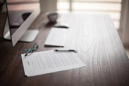 Espacio de trabajo de un abogado con algunos documentos legales y un montón de espacio de la copia en un día brillante Foto de archivo