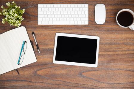 moderne espace de travail en vue de dessus, avec un ordinateur tablette, un clavier et un bloc-notes