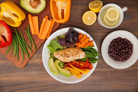 チキンと野菜の黒豆を添えて、その成分の一部を皿の上から見る 写真素材