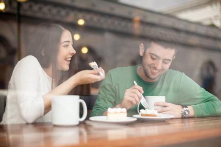 젊은 부부 찾고 웃음과 커피 숍에서 데이트에 좋은 시간을 보내고 좋은 스톡 콘텐츠