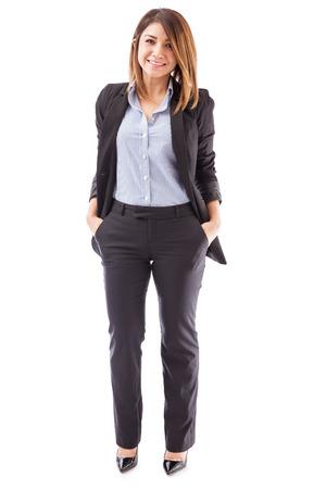 Portrait d'une jeune femme d'affaires confiant debout sur un fond blanc Banque d'images