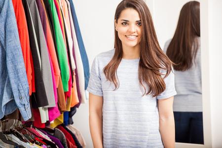 vistiendose: Retrato de una mujer joven linda de pie delante de un vestidor en casa