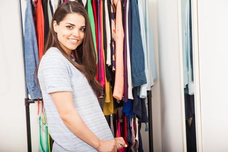 mujer sola: joven y bella morena vestirse en un vestidor en casa y sonriente