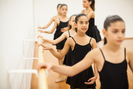 niños estudiando: niñas hispanas lindo prestar atención a la clase en una academia de baile