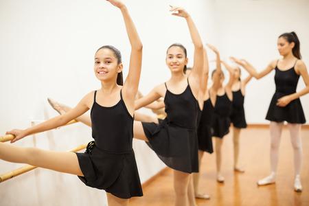 Portret van een groep van Latijns-Amerikaanse meisjes tijdens een echte balletles op een school Stockfoto