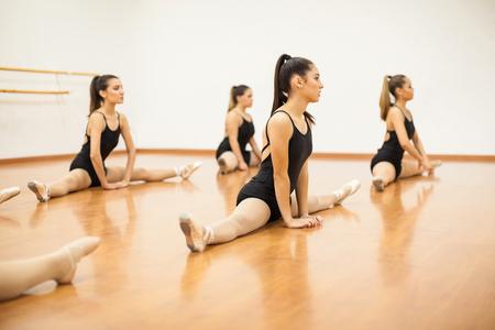Gruppe von weiblichen Tänzer einige Stretching-Übungen und für ihre Tanzpraxis Aufwärmen Standard-Bild