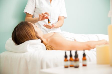 Žena terapeut drží láhev s Bachova květová léčby pro klienta na zdraví clininc a lázně Reklamní fotografie