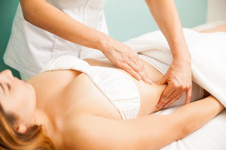 Krásná mladá žena dostává lymfatickou masáží na zdraví a krásu lázních