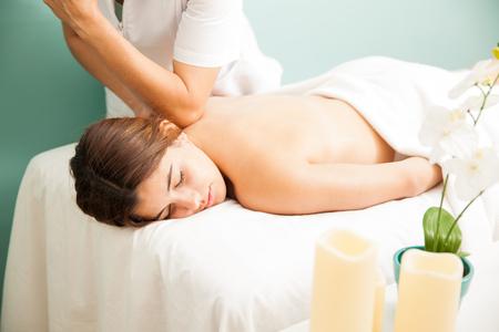 Hübsche junge Brünette erholen und in einem Wellness-Spa verwöhnen lassen und sich eine Massage