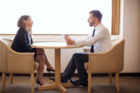 ホテルで採用担当者と就職の面接に出席する若い実業家のプロフィール 写真素材