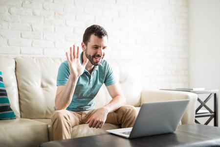 見栄えの良いラテンの男のビデオは、彼のガールフレンドとのチャットやカメラに手を振って