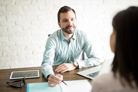契約に署名する約ビジネス男と事務所に座って女性の視点