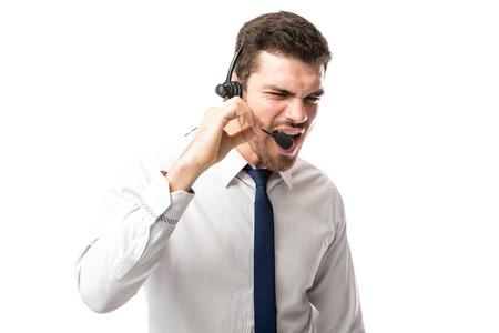 화가 난 콜 센터 담당자가 통화 도중 고객에게 소리 쳐 스톡 콘텐츠 - 93561345