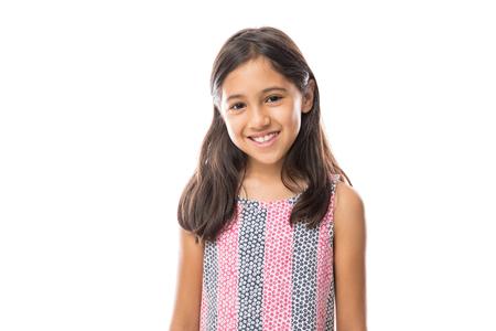 Retrato de joven hermosa niña con camiseta sonriendo a la cámara sobre fondo blanco. Foto de archivo