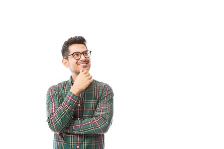 Hipster masculino pensativo mirando copyspace sobre fondo blanco. Foto de archivo