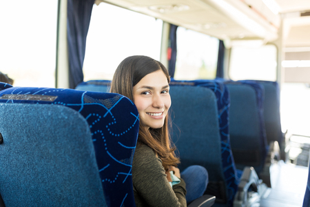 Joven pasajero disfrutando de viaje en autobús de viaje Foto de archivo