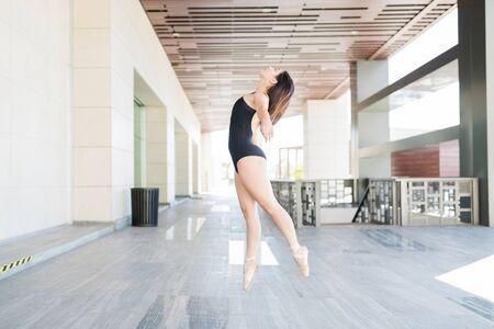 Side view of young ballet dancer dancing on tiptoe at city Zdjęcie Seryjne