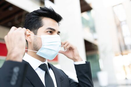 Young businessman wearing face mask during coronavirus outbreak 版權商用圖片