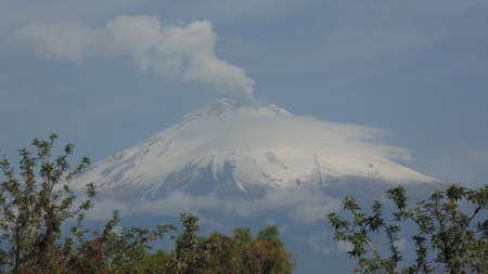 vista del popocatepetl a 50 kilometros desde atlixco puebla
