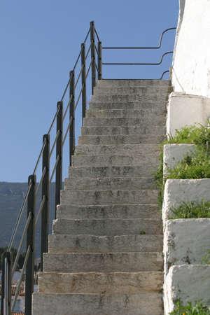 jardineras: Antiguo escaleras de piedra con una barandilla de hierro negro y blanco muro con jardineras