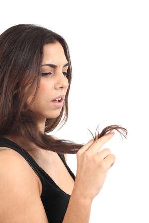 woman issues: Hermosa chica preocupada por su cabello sobre fondo blanco aisladas