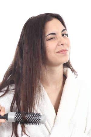 primp: Sofferenza Donna pettinatura con la spazzola per capelli su uno sfondo bianco isolato Archivio Fotografico
