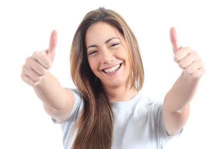 Mooie vrouw met beide duimen omhoog op een witte achtergrond geïsoleerd