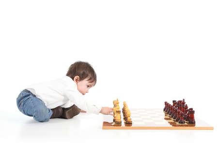 niños vistiendose: Bebé que juega al ajedrez sobre un fondo blanco aislado