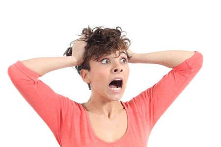 boca abierta: Expresión histérica mujer con las manos en la cabeza sobre un fondo blanco aislado Foto de archivo