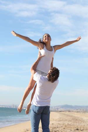 boyfriend: Hombre en la playa levantando su bella novia