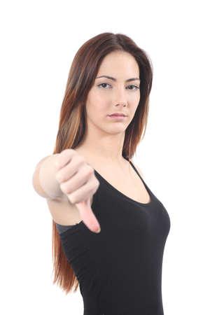pulgar abajo: Mujer hermosa con el pulgar hacia abajo sobre un fondo blanco aislado