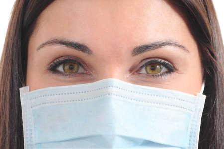 surgical: Cirujano hermosa con una máscara aislado en un fondo blanco