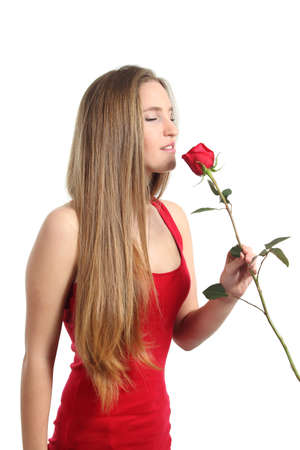 Belle femme sentant une rose rouge isol� sur un fond blanc photo
