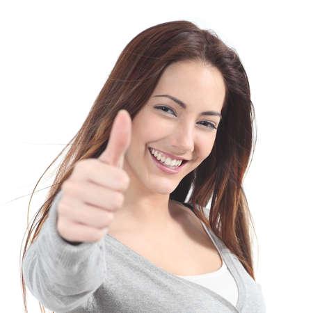 Portret van een mooie tiener met duim omhoog gebaar op een witte achtergrond geïsoleerd