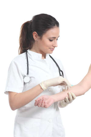 inyeccion: Hermosa enfermera dar una inyecci�n aislada en un fondo blanco