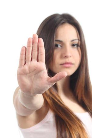 molesto: Muchacha bonita del adolescente que hace gesto de la parada con su mano aislados en un fondo blanco Foto de archivo