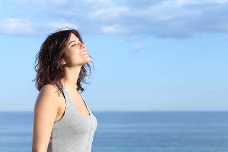 atmung: Sch? M?hen Atmen und l?elnd am Strand mit dem Meer und blauen Himmel im Hintergrund