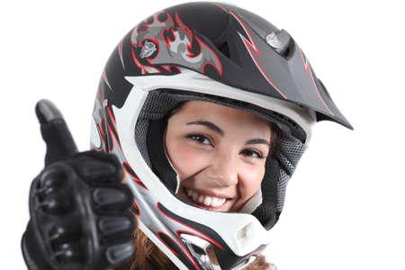 casco moto: Mujer feliz del motorista con un casco de motocross y el pulgar hacia arriba aislados en un fondo blanco