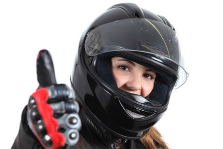 casco moto: Mujer feliz del motorista con un casco de carretera y el pulgar hacia arriba aislados en un fondo blanco