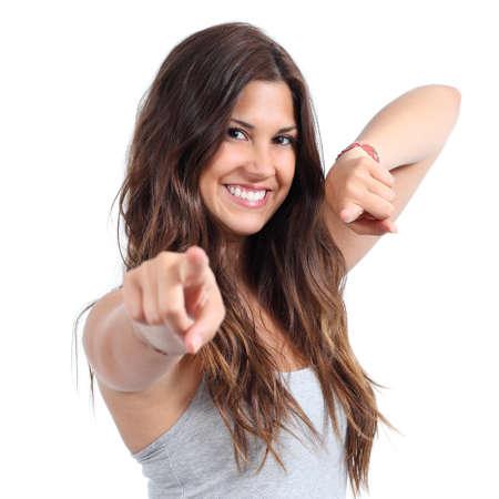 femme brune: Gros plan d'une belle adolescente souriante et pointant � la cam�ra sur un fond blanc isol�