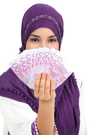 fille arabe: Belle femme portant un hijab islamique montrant beaucoup de billets isol� sur un fond blanc