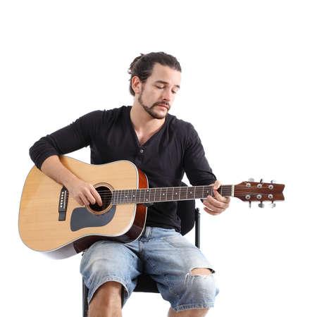 クローズ アップ、若い男の白い背景で隔離されたスペインのギターを弾く