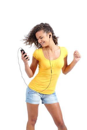 la escucha activa: Chica adolescente feliz bailando y escuchando música aislado en un fondo blanco