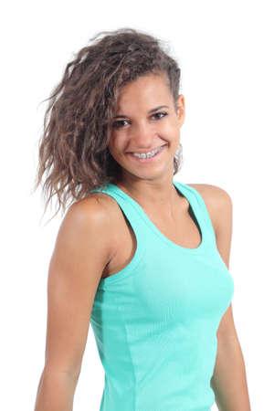 Muchacha bonita del adolescente con brackets sonriente mirando a la cámara sobre un fondo blanco Foto de archivo - 21141831