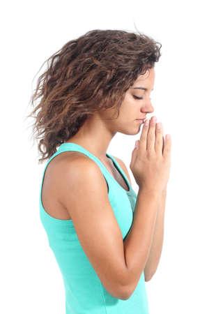 alabando a dios: Muchacha bonita del adolescente rezando aislado en un fondo blanco Foto de archivo