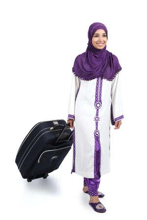 Arabische reiziger vrouw lopen met een koffer geïsoleerd op een witte achtergrond
