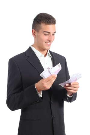 contando dinero: Atractivo hombre de negocios que cuenta el dinero aislado en un fondo blanco